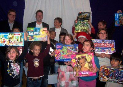 Cortal Consors S.A. verteilt bei Weihnachtsfeier der HPT persönliche Geschenke an die Kinder