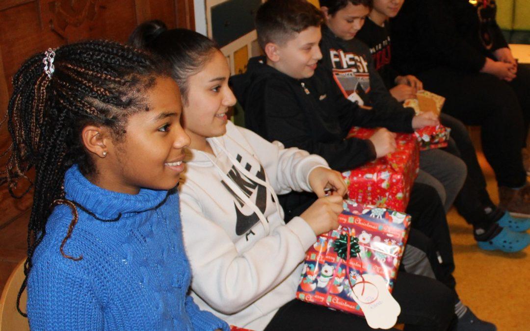Leuchtende Augen! Consorsbank beschenkt HPT-Kinder